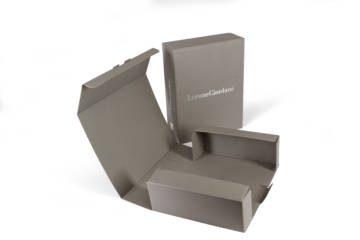 Scatola automontante in microonda accoppiato a carta Fedrigoni Sirio Pietra con stampa a caldo