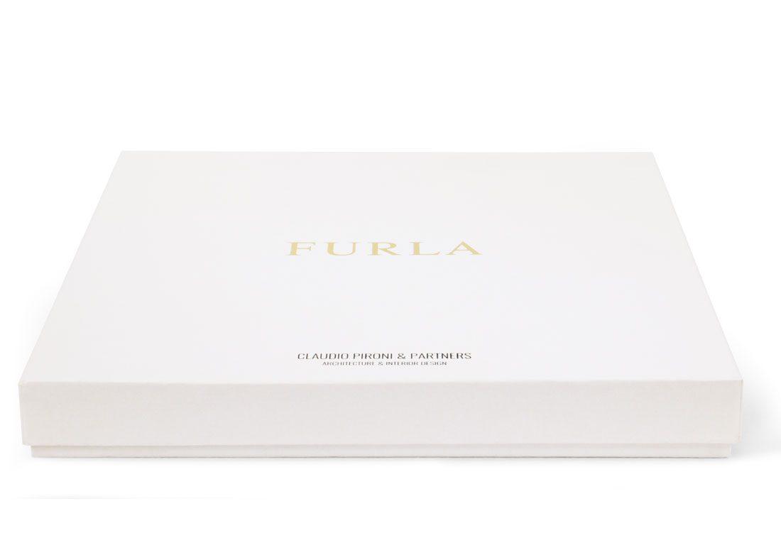 Scatola rivestita con carta bianca goffrata e personalizzata con stampa a caldo
