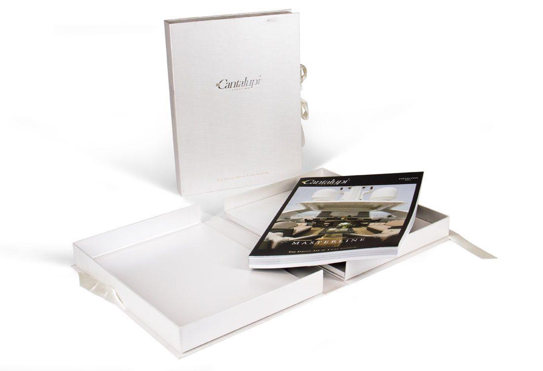 Cofanetto porta-catalogo con chiusura a fiocco con nastro in raso bianco